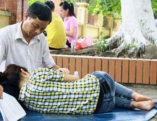 Hình ảnh người cha trông con ngủ trong kì thi đại học luôn là những khoảnh khắc đẹp và cảm động nhất