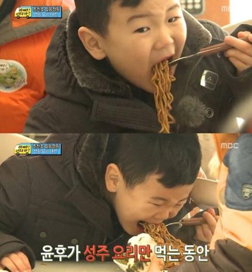 Chỉ có ở bên bố, các con mới được thưởng thức mì gói thoải mái mà không bị la mắng.