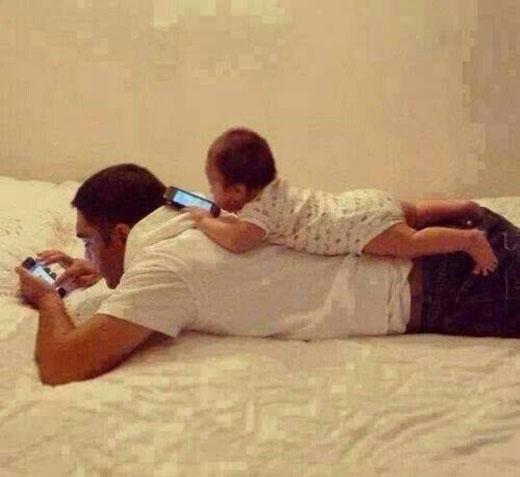 Phong cách chăm con của những ông bố mê công nghệ là đây.