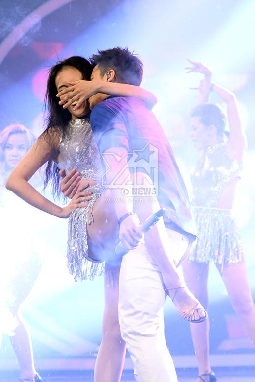 Màn ôm ấp và 'cưỡng hôn' vũ công của Trọng Hiếu khiến các fangirls ghen tị.