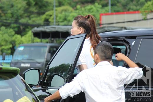 Sau phần biểu diễn của mình, Hồ Ngọc Hà được các bạn fans tiễn ra xe một cách chu đáo. Cô cũng không quên gửi lời chào đến những khán giả thân thương của mình. - Tin sao Viet - Tin tuc sao Viet - Scandal sao Viet - Tin tuc cua Sao - Tin cua Sao