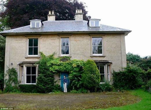 Sarah và Adam Howard là hai vợ chồng sống trong Old Manor – một lâu đài có từ thế kỉ 18 - ở Calne, Wiltshire. Tuy nhiên, do vị trí không được thuận lợi, họ đã di chuyển lâu đài về nơi ở mới cách đó tới hơn 30 dặm (khoảng 50 km).
