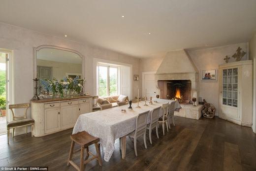 Không gian bếp khá ấm cúng với lò sưởi phong cách cổ.