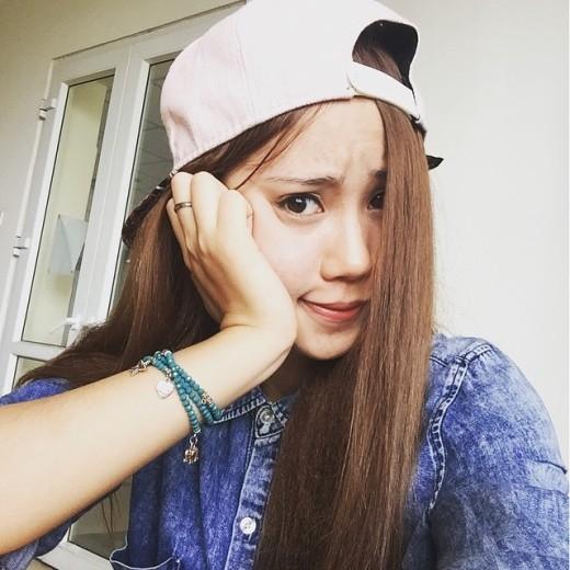 Sinh viên năm nhất khoa Xã hội học – Hà Khánh Linh sinh năm 1996. Cô được nhiều người biết tới khi những bộ ảnh thời trang xinh đẹp của cô được mọi người truyền tay nhau trên mạng xã hội.