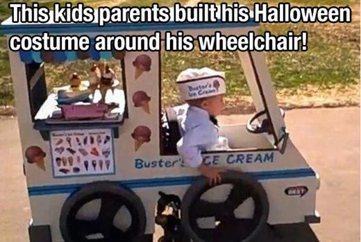 Bằng tình yêu thương vô bờ, bố mẹ của cậu nhóc này đã thiết kế một bộ trang phục hóa trang cho đứa con phải ngồi xe lăn của mình.