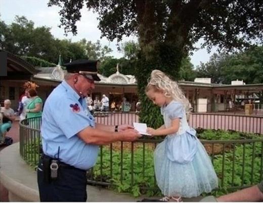 Khi gặp bất kỳ cô bé xinh xắn nào trong công viên, bác bảo vệ này cũng tiến tới: 'Chào Công Chúa' và xin các cô bé chữ ký. Bao nhiêu chữ ký trong quyển sổ của người đàn ông này là bấy nhiêu cô bé đã cảm thấy hạnh phúc vì nghĩ rằng bác bảo vệ thật sự tưởng nhầm mình là một công chúa.