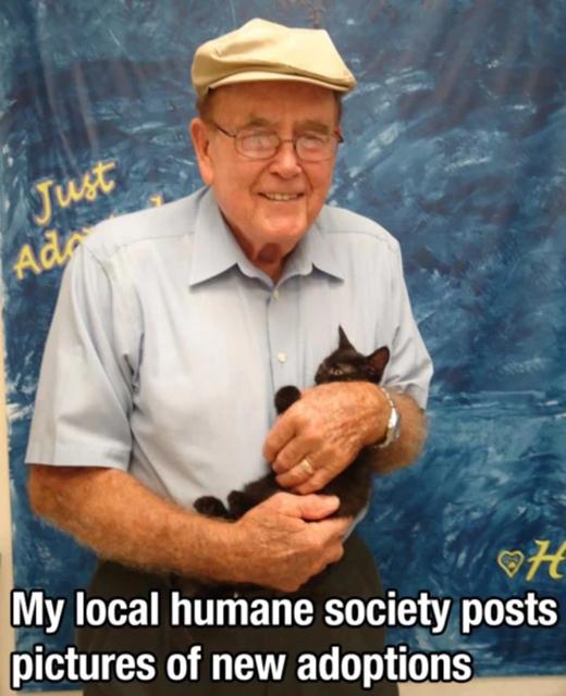 Dù ở lứa tuổi nào, người ta cũng sẵn sàng chở che cho một người khác. Trong ảnh, một cụ già đang vui mừng ôm trong lòng mình chú mèo mà ông vừa nhận nuôi.