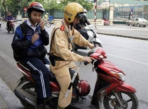 Khi mẹ cậu bé này đang làm thủ tục nộp phạt, anh cảnh sát giao thông đã đưa cậu đến trường cho kịp giờ học.