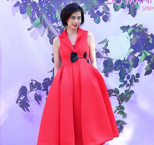Tham dự show diễn Xuân - Hè 2015 của NTK Đỗ Mạnh Cường, Ngô Thanh Vân vinh dự được diện một thiết kế mới nhất trong bộ sưu tập NTK 34 tuổi này.