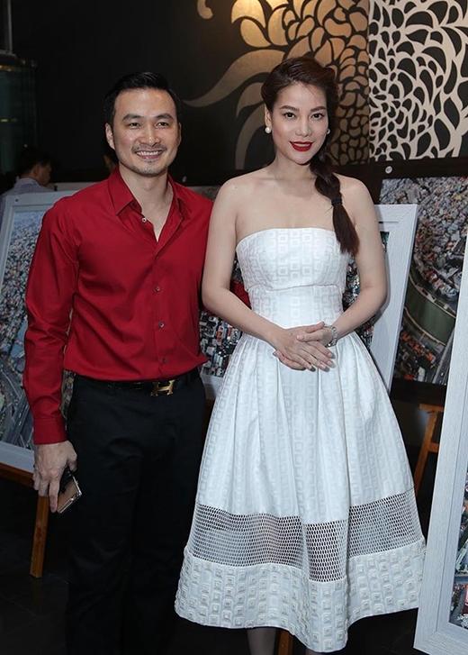 Thiết kế váy xòe trắng cúp ngực trông khá thanh lịch, nữ tính và phù hợp hoàn toàn với sắc vóc của Trương Ngọc Ánh. Nhưng dường như kiểu tóc thắt bím một bên lại không mấy phù hợp với lứa tuổi của nữ giám khảo quyền lực Project Runway Việt Nam 2015.