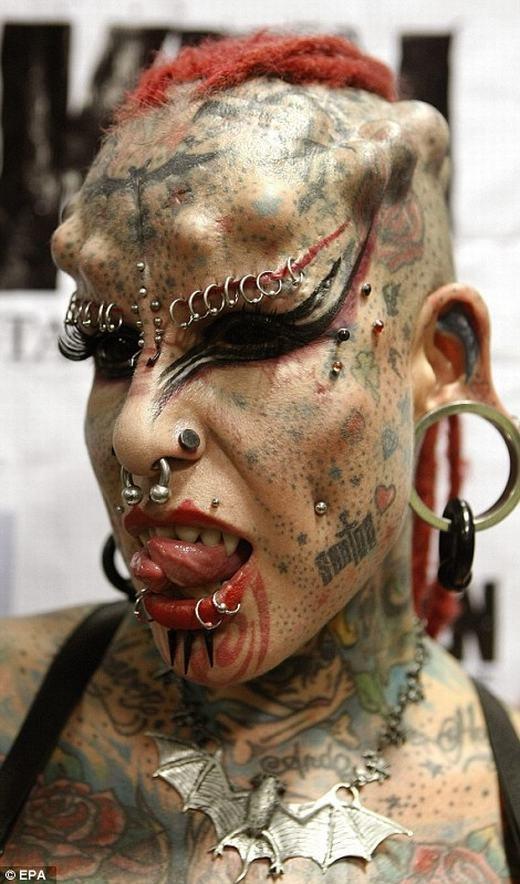 Maria Jose Christerna từ Mexico, cô còn được gọi là The Vampire Woman (Nữ Ma cà rồng) bởi chi chít hình xăm trên người. Bên cạnh đó, cô còn độn vào những viên bi trên đầu và có chiếc lưỡi chẻ đôi. Ngoài ra, trên người cô chi chít khuyên và đinh ốc.