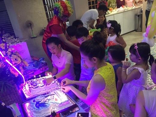 Bữa tiệc này có sự tham gia của khá đông người thân và bạn bè của cặp đôi.   Hồ Ngọc Hà và Cường Đô la thắp nến trên hai chiếc bánh có hình của Subeo. - Tin sao Viet - Tin tuc sao Viet - Scandal sao Viet - Tin tuc cua Sao - Tin cua Sao