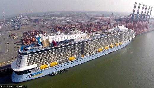 Toàn cảnh bên ngoài chiếc tàu Quantum of the Seas với 18 tầng, trong đó 16 tầng dành cho hành khách. Tàu có thể chở tối đa 4905 khách cùng 1500 thuyền viên.