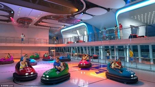Bên trong tàu còn có cả khu phức hợp vui chơi giải trí với các hoạt động thể thao hay các trò chơi tiêu khiển như xe điện đụng.
