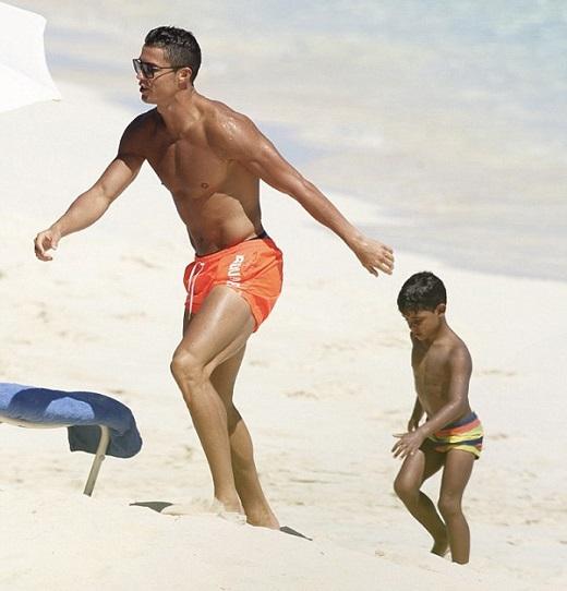 Siêu sao của Real Madrid khoe thân hình vạm vỡ, rắn rỏi và hấp dẫn trên bãi biển. Ảnh: Internet.