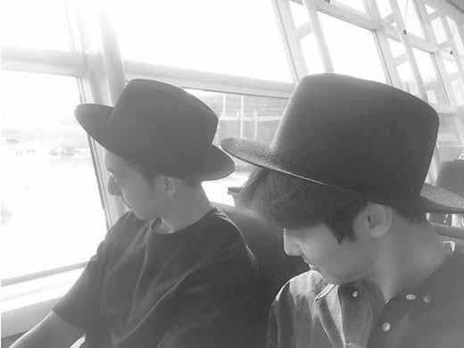 Kang Minhyuk không tự tin với thời trang sân bay, anh khoe ảnh và nói: 'Hẹn mọi người lần sau tôi sẽ cho xem thời trang sân bay'.