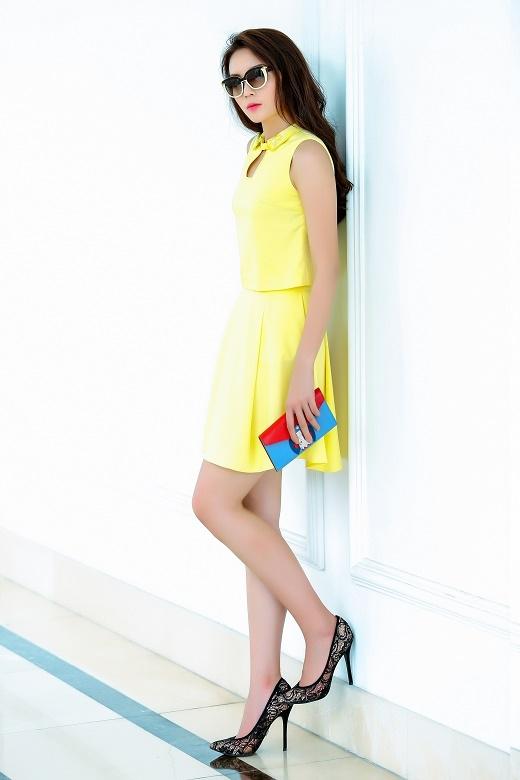 Lấy sắc vàng làm gam màu chủ đạo, bộ trang phục tạo nên nét điệu đà, nữ tính kết hợp giữa áo phom rộng cổ lá sen cùng chân váy xòe ngắn.