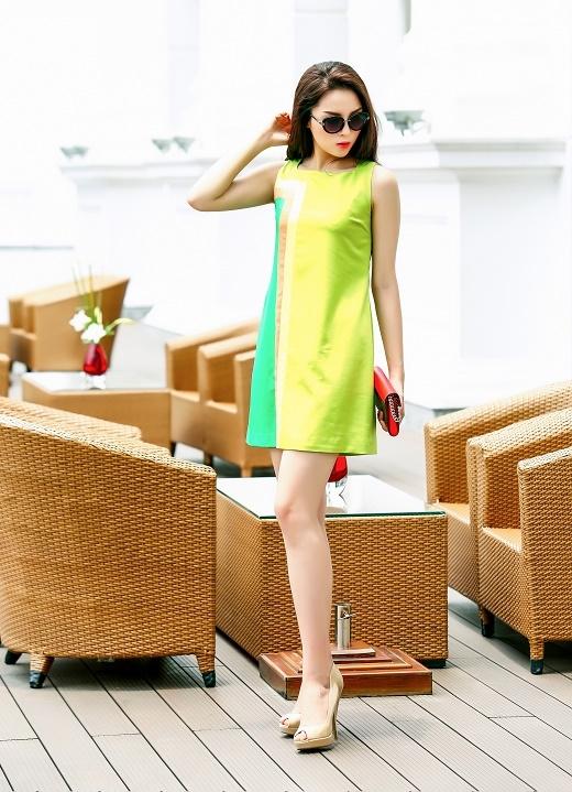 Chiếc váy chữ A dáng cổ điển trở nên sinh động, tươi tắn hơn nhờ những mảng ghép nối đầy sắc màu một cách tinh tế, khéo léo.