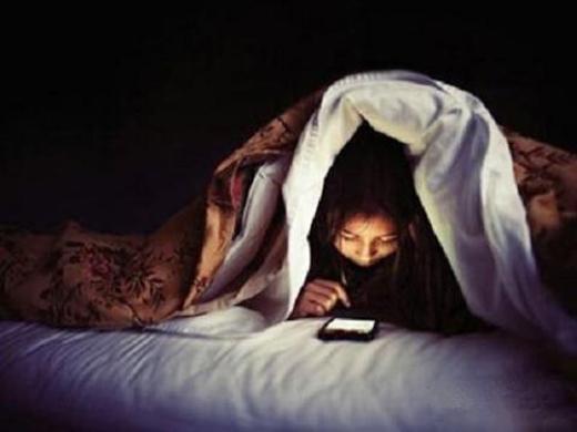 Nhiều người vẫn có thói quen thức khuya để sử dụng điện thoại