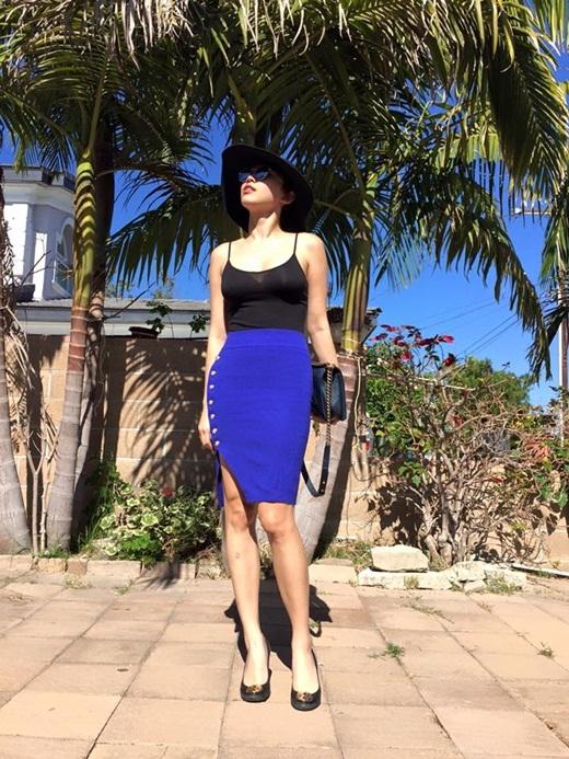 """Diện chiếc áo dây màu đen hơi trễ ngực, kết hợp với chân váy xanh nổi bật,Tóc Tiênkhéo léo khoe đôi chân dài miên man cùng vóc dáng """"chuẩn mẫu"""" khiến khán giả 'đứng ngồi không yên' - Tin sao Viet - Tin tuc sao Viet - Scandal sao Viet - Tin tuc cua Sao - Tin cua Sao"""