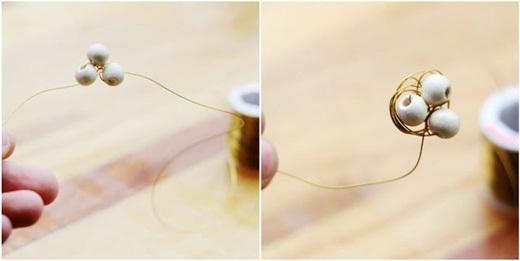 Giờ thì hãy dùng dây kẽm luồn lần lượt qua ba hạt tròn và thít chặt nó. Tiếp theo, bạn hãy phát huy hết khả năng 'gây rối' của mình trong việc quấn sợi kẽm xung quanh 3 'quả trứng' để tạo thành hình tổ chim.