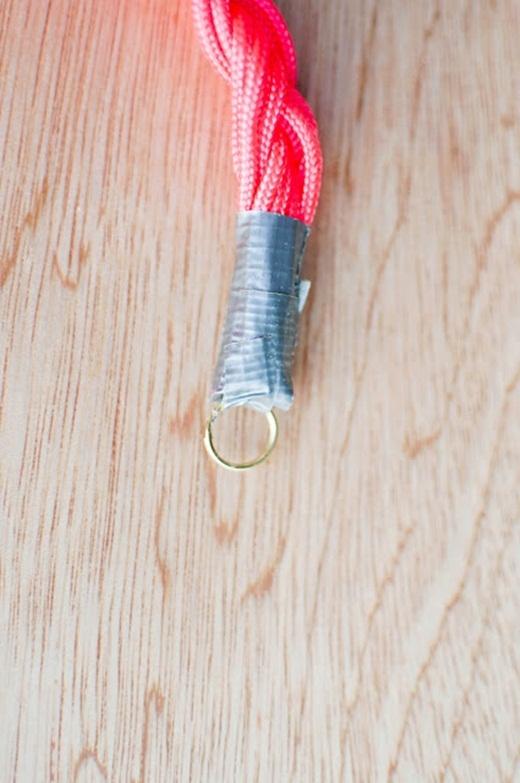 Tiếp đến, hãy cột các đầu dây vào một khoen tròn rồi quấn băng keo xung quanh.