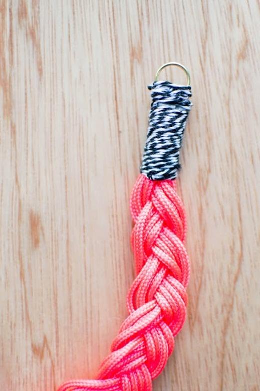 Để tăng tính thẩm mỹ cho sợi dây thì hãy dùng chỉ sọc màu quấn quanh như hình với cả hai đầu dây nhé!