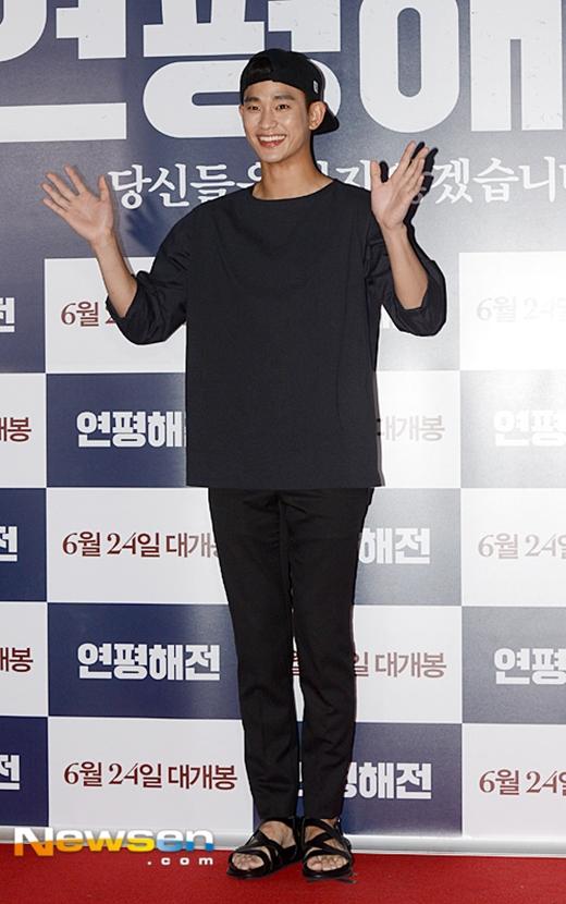 Kim Soo Hyun diện đồ khá đơn giản.