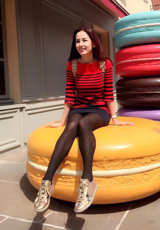 Mai Phương Thúy khoe khéo chiều cao lý tưởng cùng đôi chân dài trong chiếc váy suông kẻ sọc ngang đỏ, đen. Bộ trang phục tưởng chừng như đơn điệu lại được Hoa hậu Việt Nam 2006làm mới bằng cách diện chung cùng quần tất mỏng tang gợi cảm.