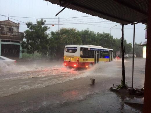 Tại Hà Nội cũng đã xuất hiện mưa to gây ra ngập lụt ở nhiều nơi