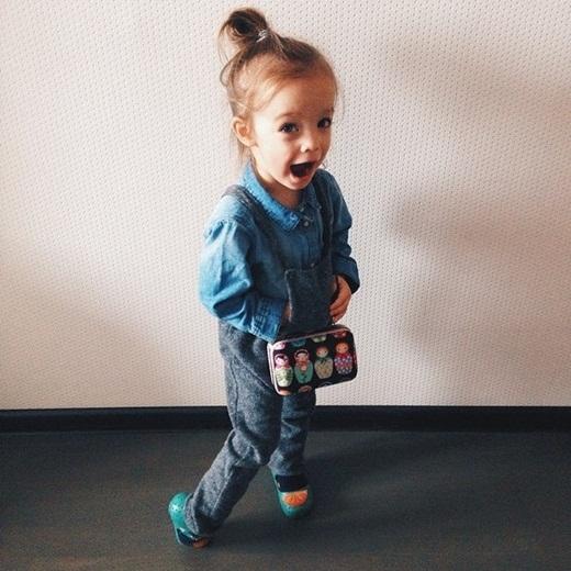 Trang phục của cô bé lúc nào cũng bắt mắt với những phụ kiện độc đáo.