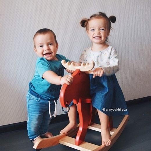 Cô bé rất thích chơi đùa cùng em trai của mình.