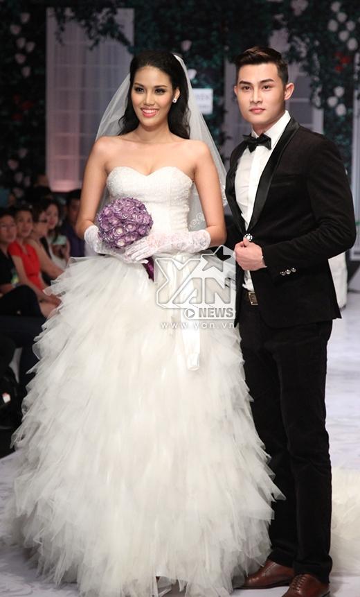 Trong BST đầu tiên, Lan Khuê gây ấn tượng khi diện chiếc váy cưới bồng xòe có đuôi váy dài tận 3 mét. Thiết kế tạo cấu trúc phân tầng bằng chất liệu voan mềm mại.
