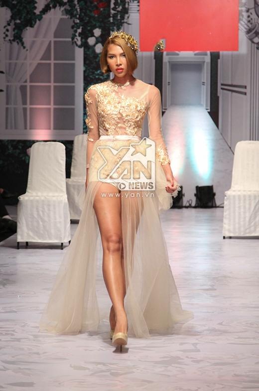 Minh Triệu giữ vai trò vedette với bộ váy cưới theo tinh thần hiện đại kết hợp giữa bodysuit cùng chân váy voan xẻ tà.