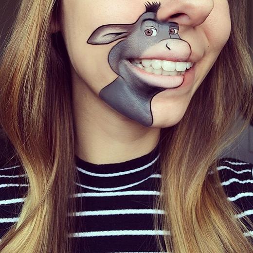 'Có ai nhìn thấy bờ môi của mình quyến rũ không nhỉ?'