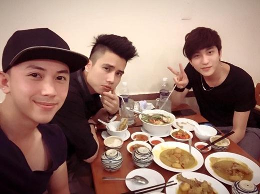 Dù là ăn uống hay đi chơi, ba anh chàng này cũng đồng hành cùng nhau. - Tin sao Viet - Tin tuc sao Viet - Scandal sao Viet - Tin tuc cua Sao - Tin cua Sao