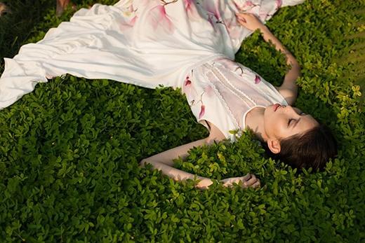 Chiếc váy xòe cổ điển tạo điểm nhấn bởi chi tiết xuyên thấu ngay ngực áo cùng phần chân váy với những đường cắt đối xứng lạ mắt.