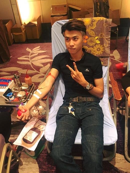 Cùng với sự việc 'ngân hàng máu' Việt Nam đang 'báo động' vì thiếu máu A và O, kêu gọi mọi người đi hiến máu,Vương Anh dù có thân hình gầy và khá bé nhỏ nhưng anh cũng không ngại ngần góp một chút sức mình vào việc hiến máu. Vương Anh là một trong số những gương mặt hot teen đầu tiên đi hiến máu trong đợt kêu gọi hiến máu lần này.
