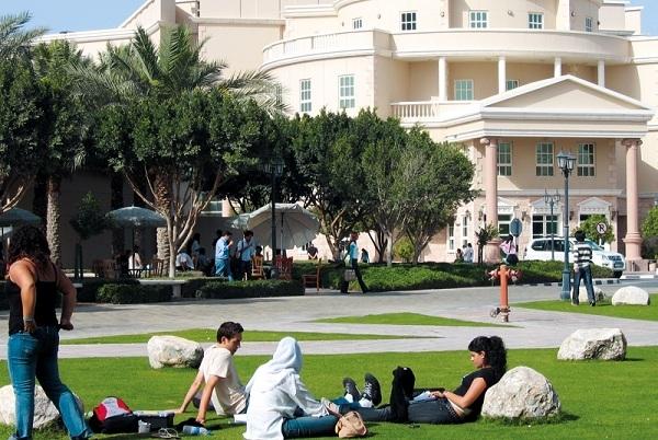 Sinh viên nghỉ ngơi ngay trên bãi cỏ trong khuôn viên trường.