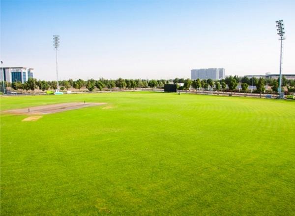 Sân bóng siêu rộng của trường.