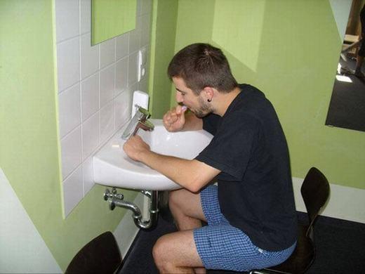 Đánh răng dù đứng hay ngồi thì cũng như nhau.