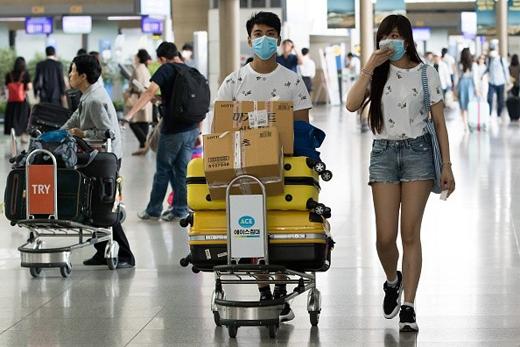 Tại các sân bay ở Hàn Quốc mọi người đều đeo khẩu trang để phòng ngừa nhiễmMERS