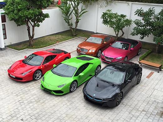 5 chiếc siêu xe xếp hàng trong sân nhà Phan Thành.