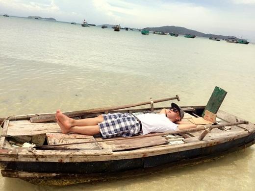 Bất chấp trời nắng, Hồ Quang Hiếu vẫn thản nhiên nằm nghỉ ngơi, tận hưởng những ngày nghỉ thoải mái. - Tin sao Viet - Tin tuc sao Viet - Scandal sao Viet - Tin tuc cua Sao - Tin cua Sao