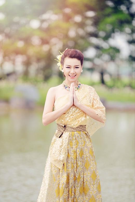Cô chọn sắc vàng ánh kim, một biểu tượng của hoàng tộc cho bộ trang phục của mình.