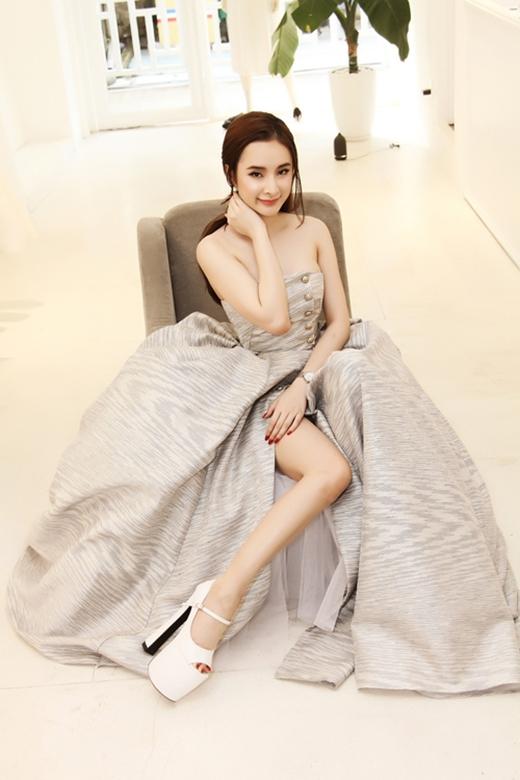 Trước đó, trên thảm đỏ Đêm hội chân dài 9, Angela Phương Trinh cũng từng khiến người đối diện phải thót tim với đôi giày có chiều cao tương tự.