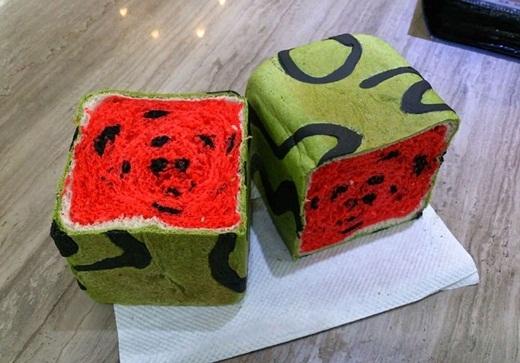 Bánh mì dưa hấu có hình dáng giống như dưa hấu hình vuông độc đáo của Nhật.