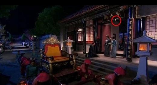 Trong phim Cung tỏa châu liêm, bảng tên phủ thắp đèn sáng choang