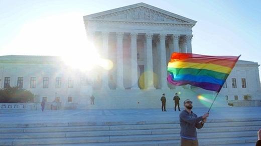 Lá cờ đại diện cộng đồng LGBT tung bay trước Tòa án tối cao quốc gia Mỹ.