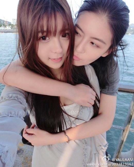 Ngao Ô và Tiểu Nãi Bình Nhi là cặp đôi đồng tính nữ được rất nhiều người biết đến của Trung Quốc. Cả hai không chỉ sở hữu gương mặt xinh đẹp mà còn khiến nhiều người phải ghen tị về tình cảm ngọt ngào của cặp đôi này.
